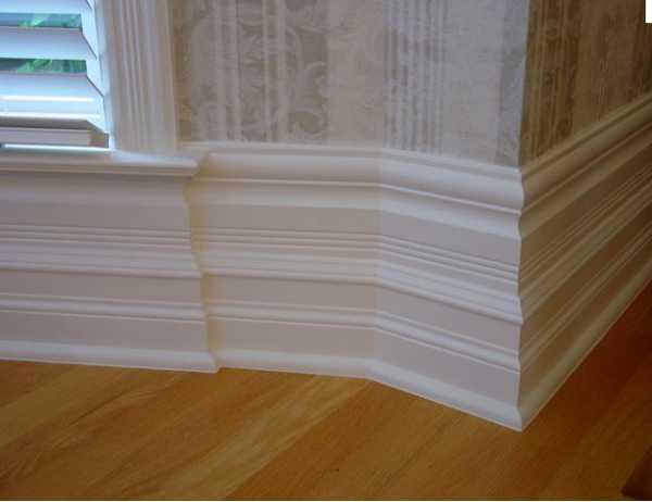 Белый плинтус в интерьере фото