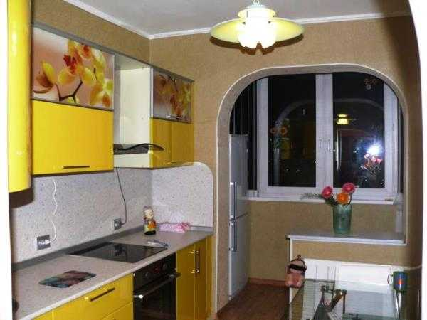 Размещены кухонные ящики полки должна отделана огнеупорным материалом возле кухни