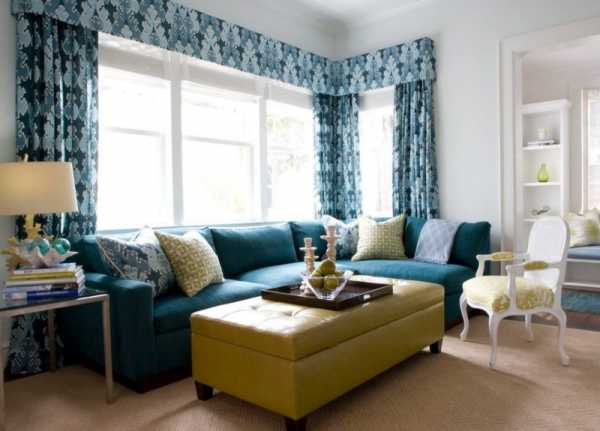 Синие шторы в интерьере гостиной фото